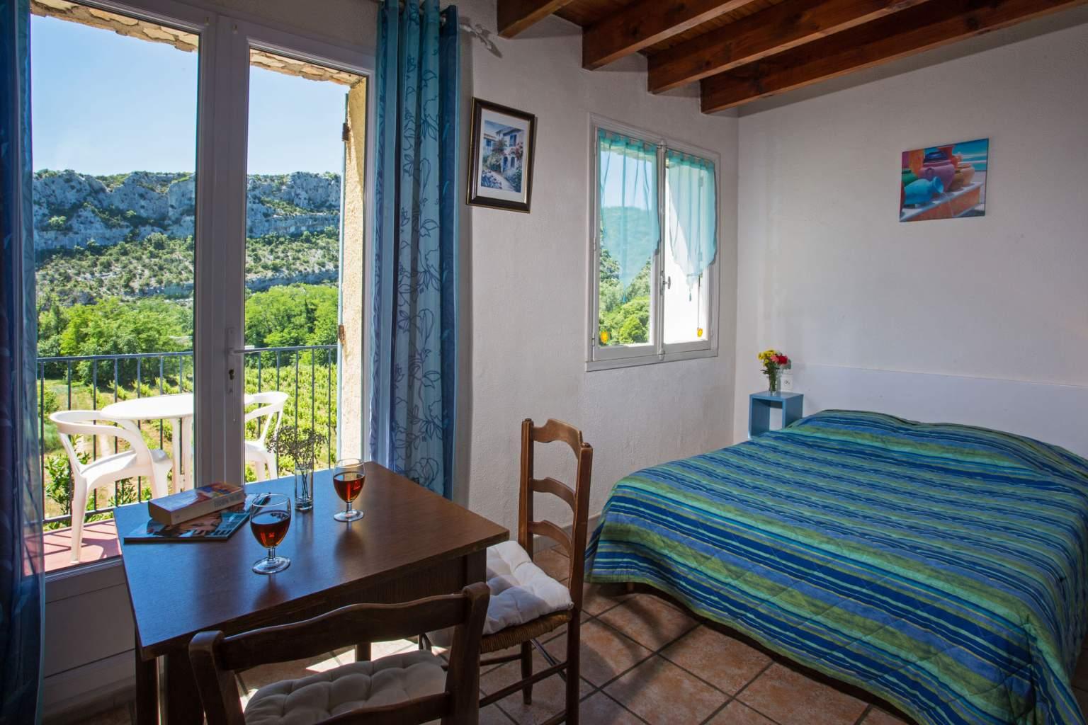 Chambre lit double avec balconL'Auberge des Gorges à Saint-Martin-d'Ardèche